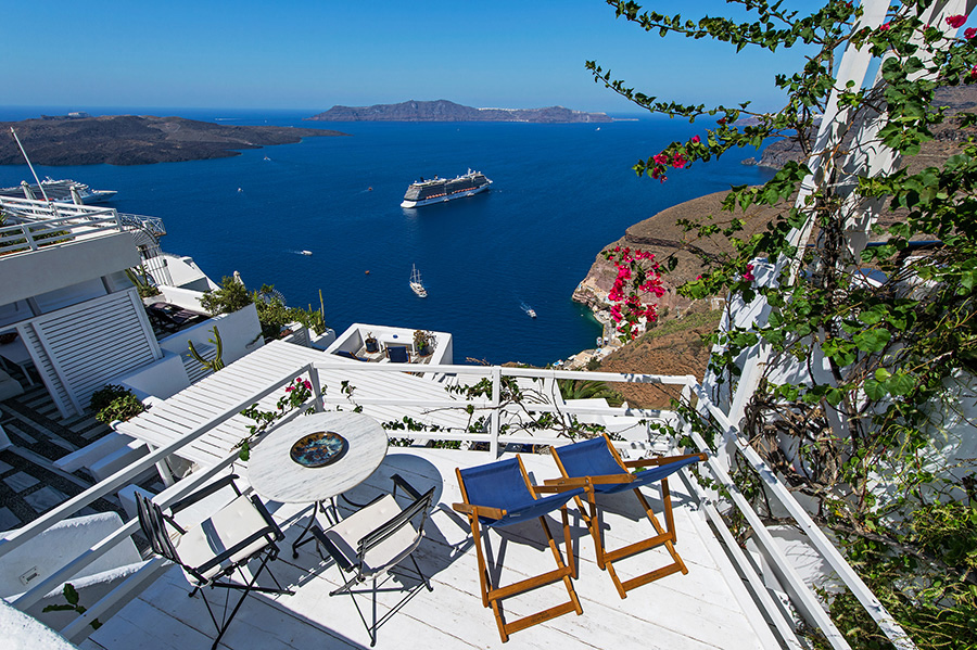 The pool of Porto Fira Suites with the amazing Caldera view, just on top of Gialos. CLICK TO ENLARGE