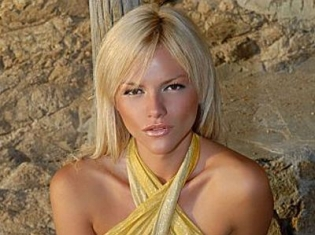 Natalie Thanou appeared in Santorini. The beautiful singer was photographed in Oia....